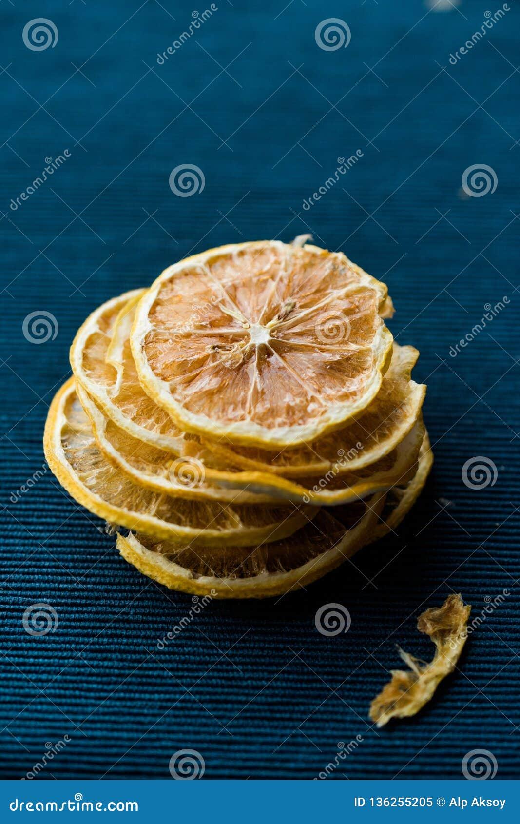 Bunt av torkade citronskivor på blå yttersida/torrt och skivat