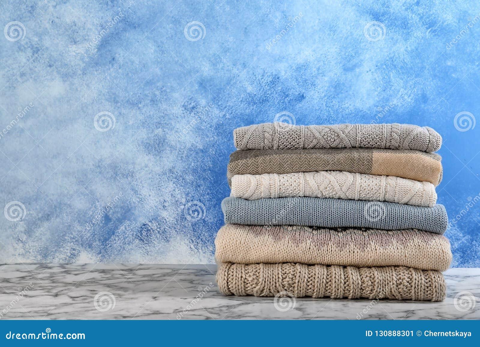 Bunt av varm höstkläder på tabellen