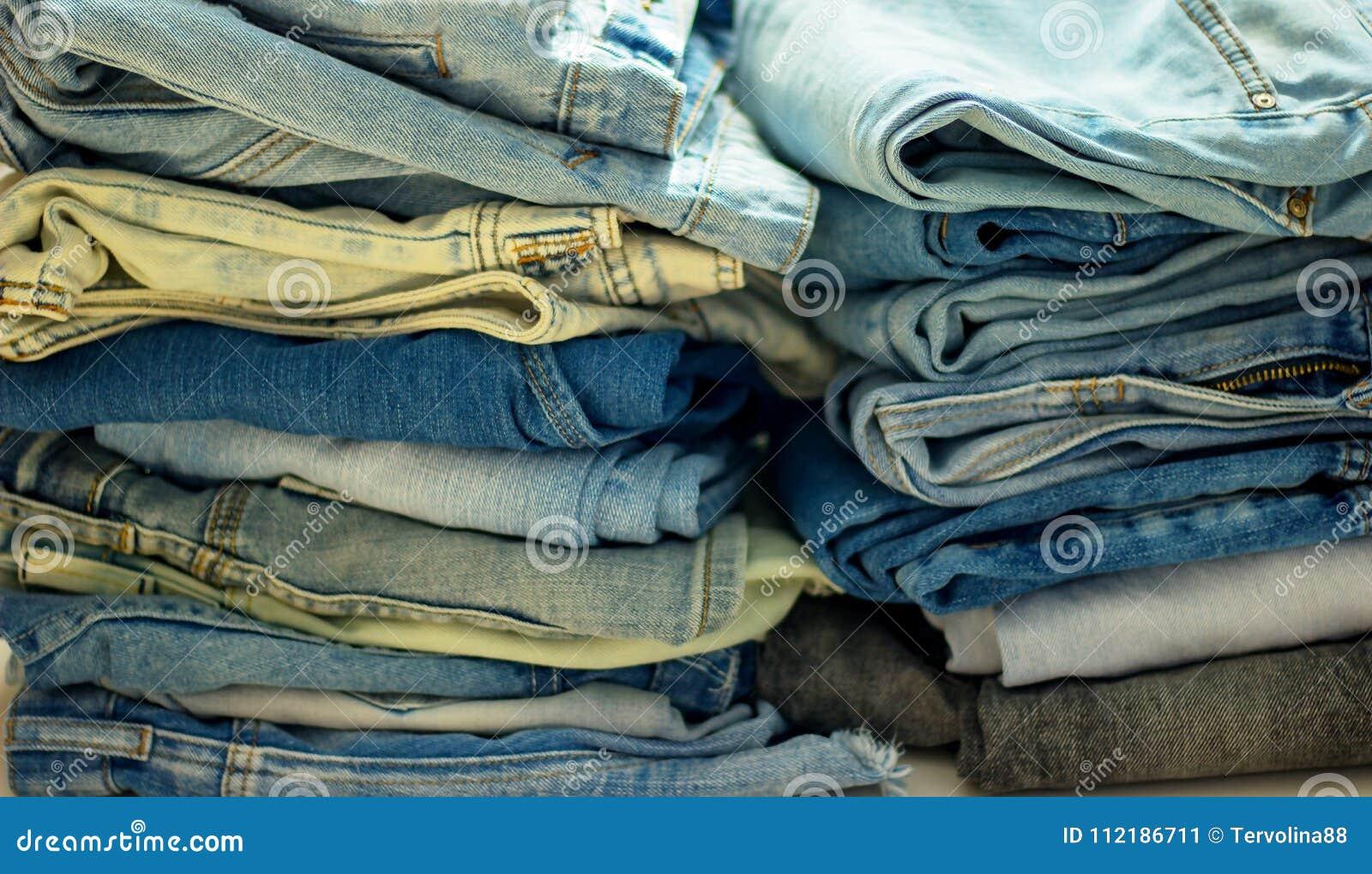 Bunt av vikt jeans av olika färger
