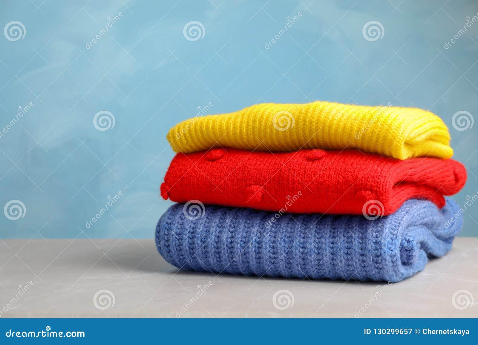 Bunt av vikta stack tröjor på tabellen