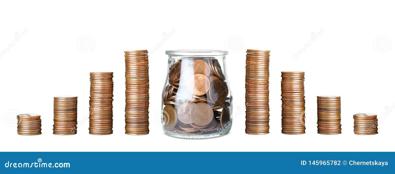 Buntar av mynt och exponeringsglaskruset f?r r?knemaskinbegrepp f?r sedlar svart sparande f?r pengar
