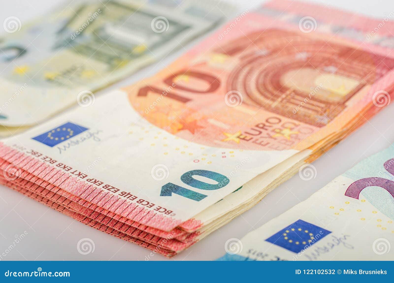 Buntar av 5, 10 och 20 euroräkningar