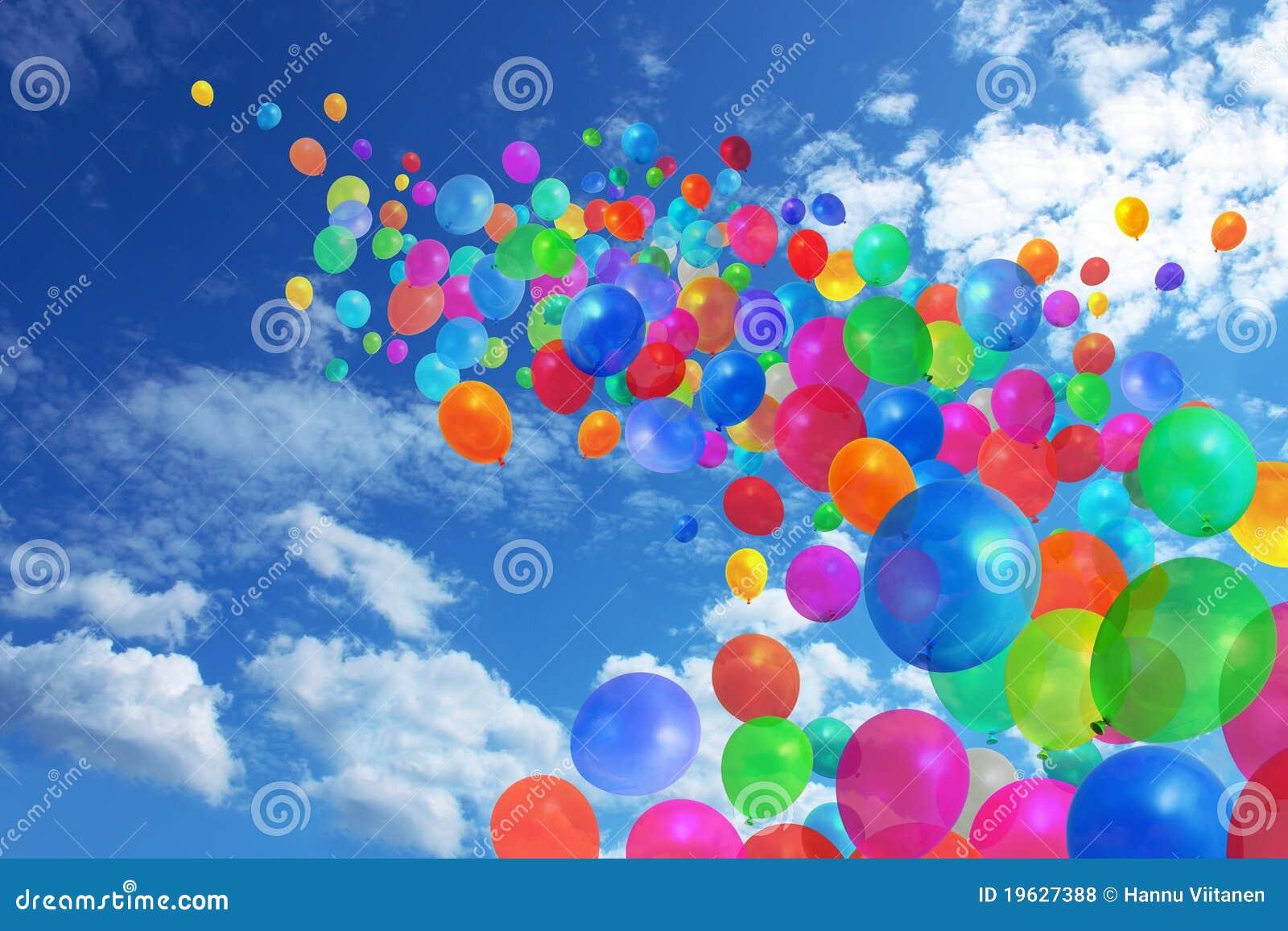 Bunte Ballone auf blauem Himmel