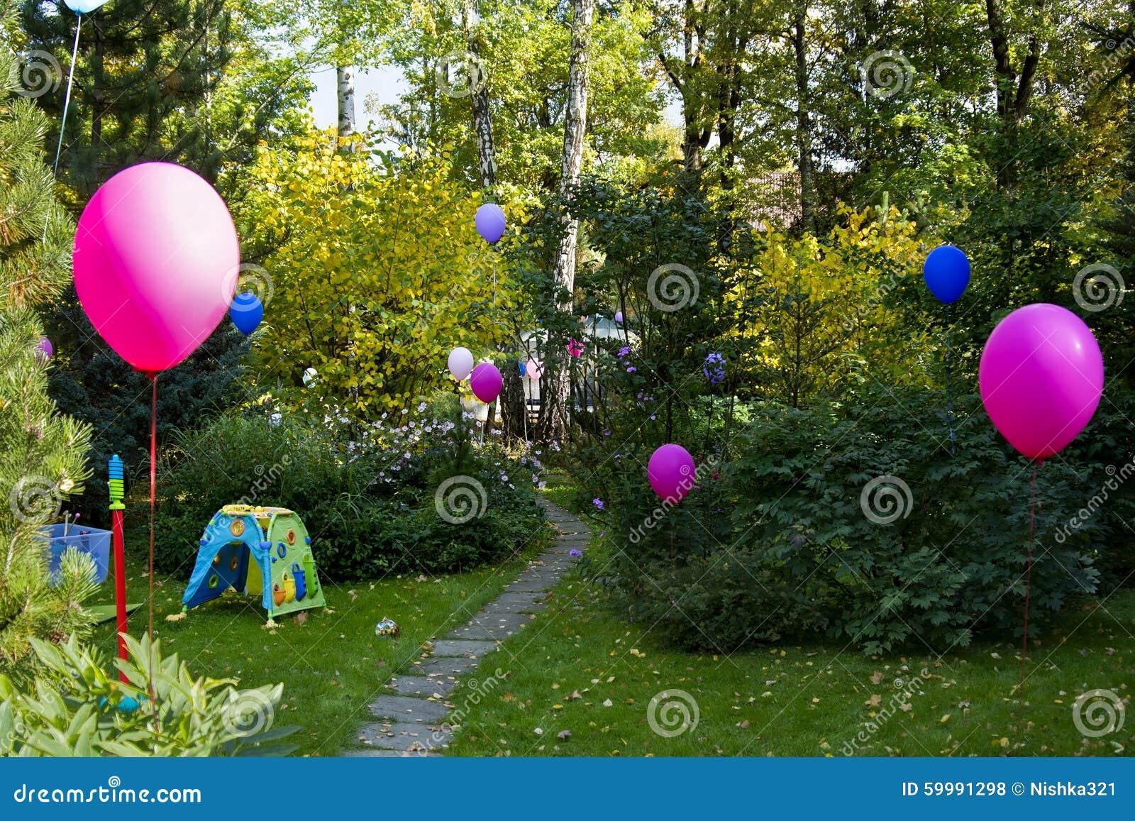 Bunte Ballone Im Hinterhof, Landschaft. Romanze, Nave.