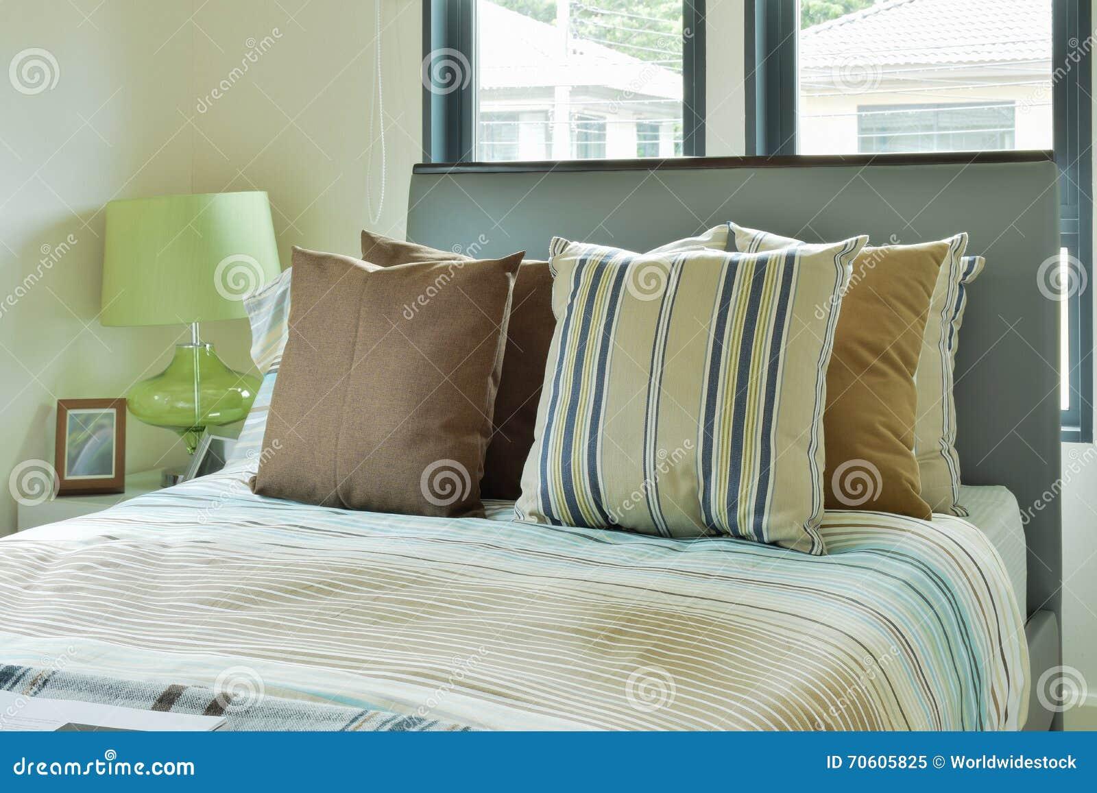 Bunte Bettwäsche Im Modernen Verzierten Schlafzimmer Stockbild
