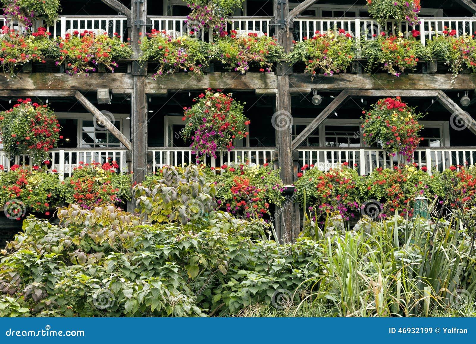 bunte blumen in h ngenden k rben auf balkonen stockfoto. Black Bedroom Furniture Sets. Home Design Ideas