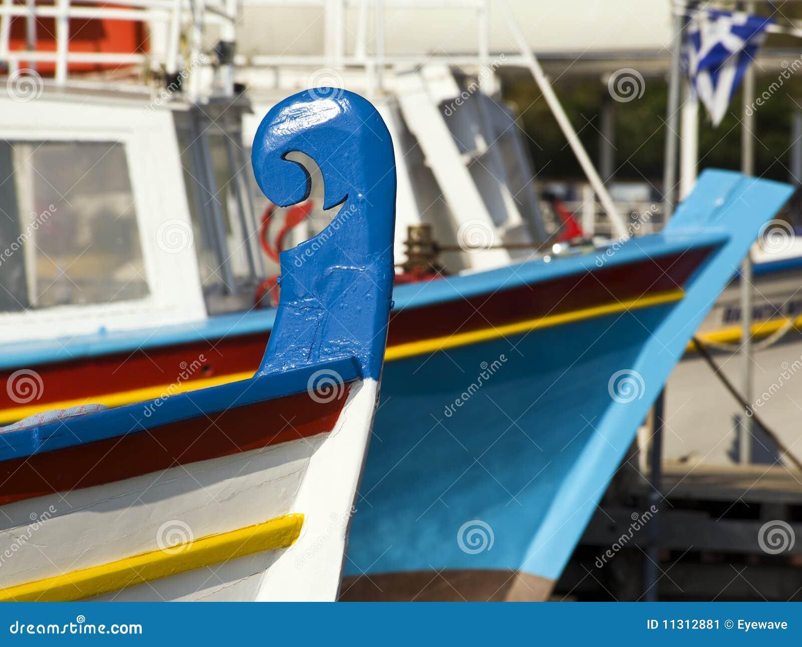 Bunte Boote im griechischen Hafen