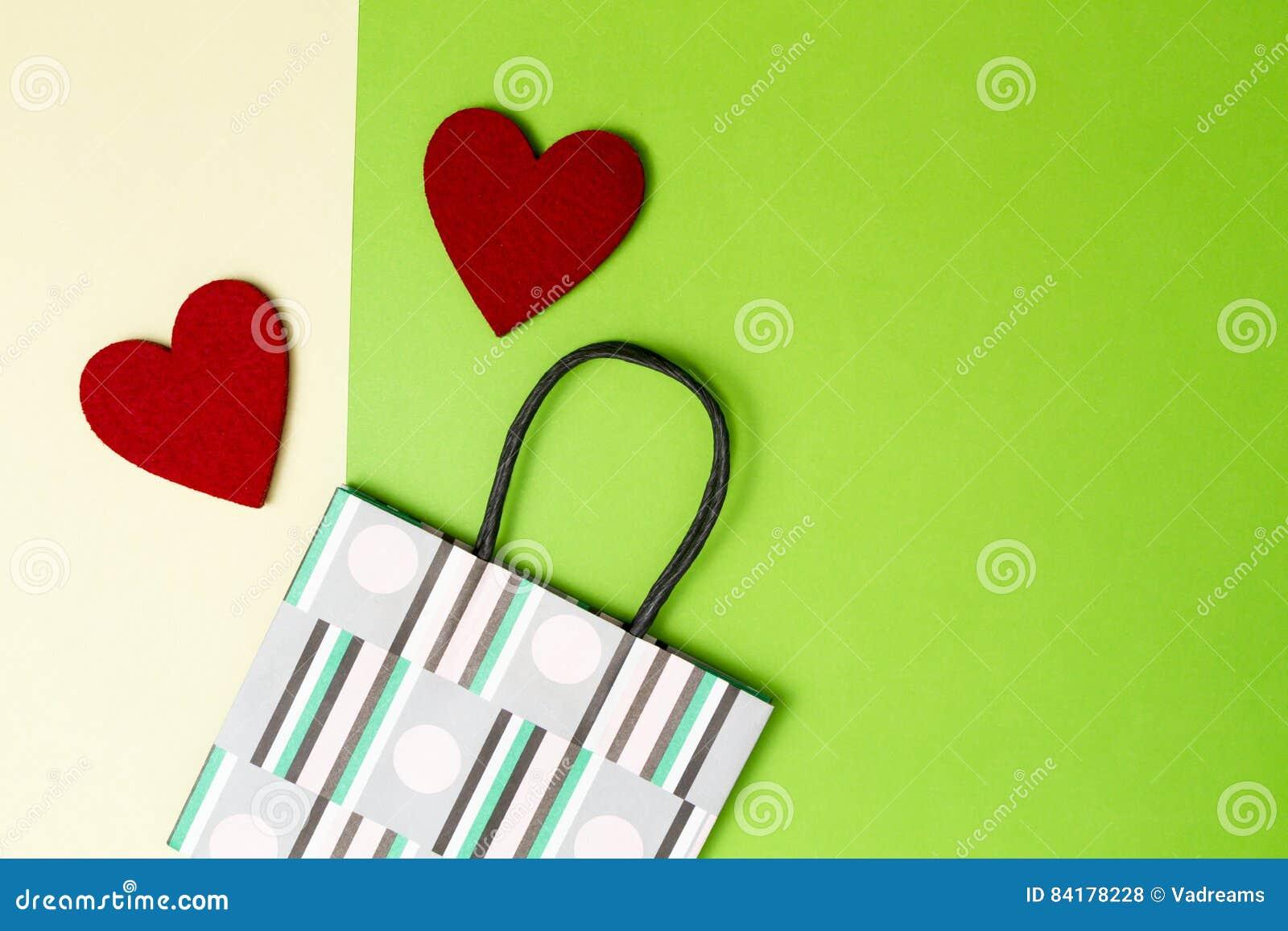 Bunte Einkaufstasche Und Zwei Rote Herzen Auf Grün, Färben ...