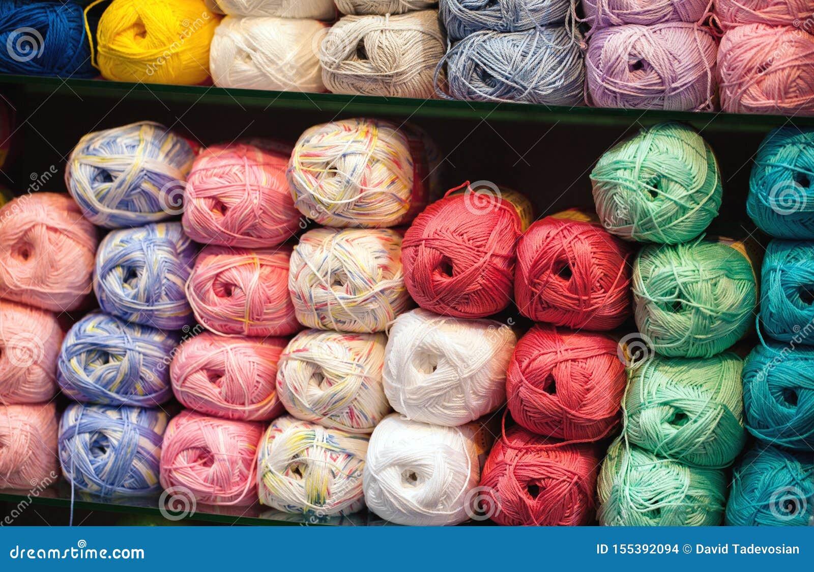 Bunte Faden Auswahl der bunten Garnwolle auf shopfront Strickender Hintergrund, viele B?lle Strickgarn für