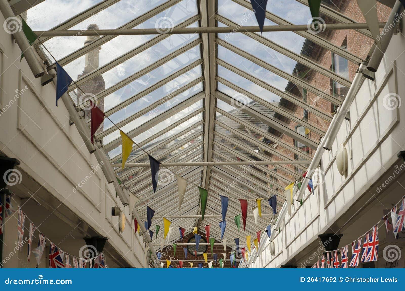 Bunte Flaggemarkierungsfahnen in einem rooved Glasgehweg