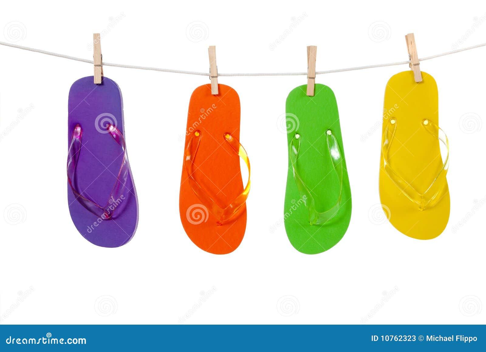Bunte Flipflop sandles auf einer Wäscheleine