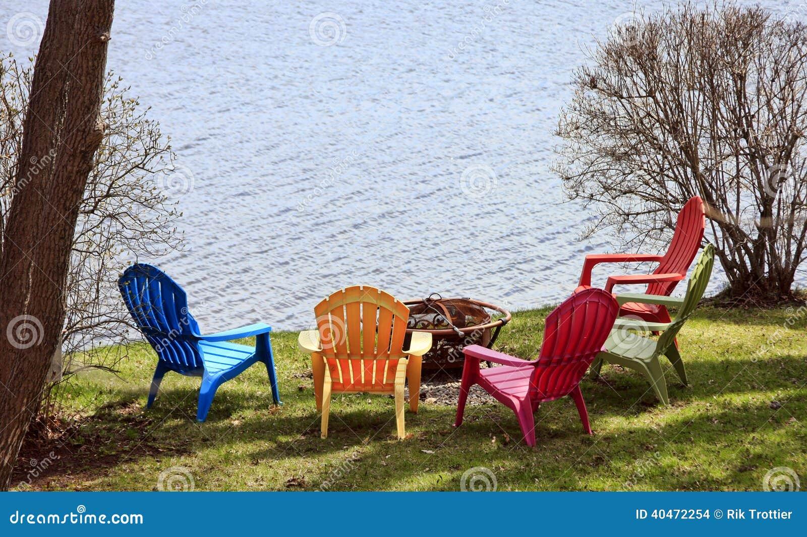 Bunte Gartenstühle stockfoto. Bild von bunt, fluß, ufer - 40472254