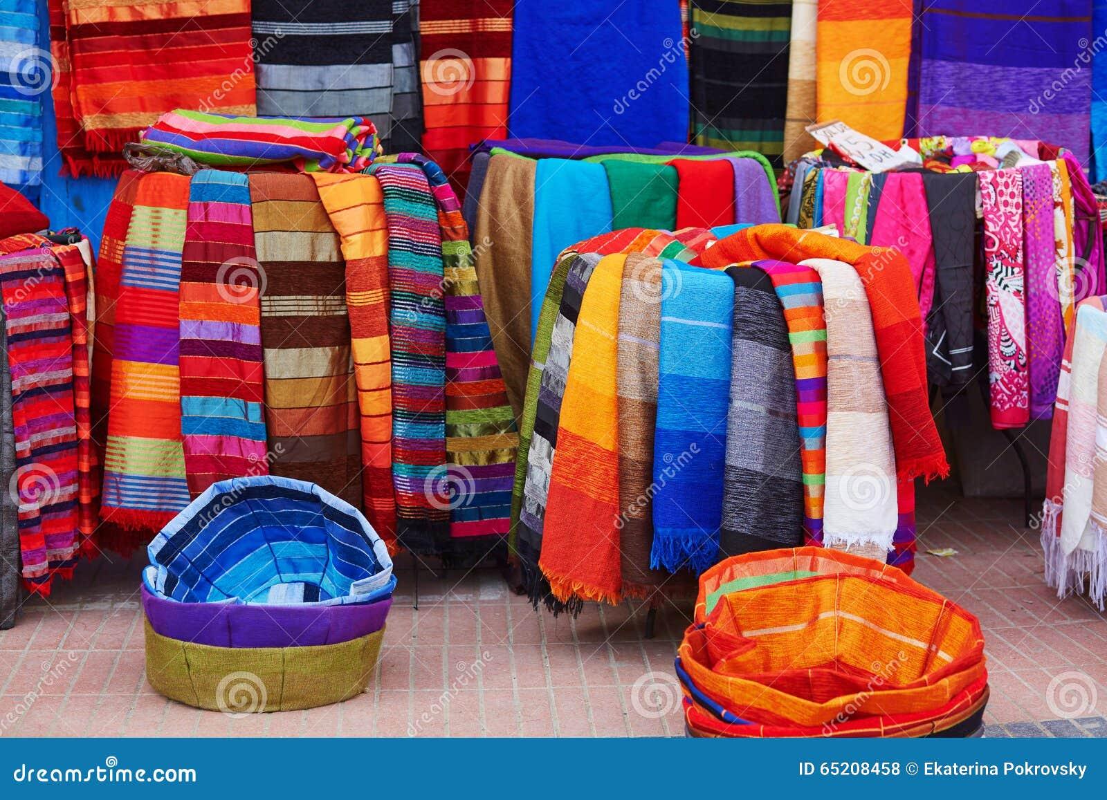 bunte gewebe und teppiche f r verkauf in marokko stockfoto bild 65208458. Black Bedroom Furniture Sets. Home Design Ideas