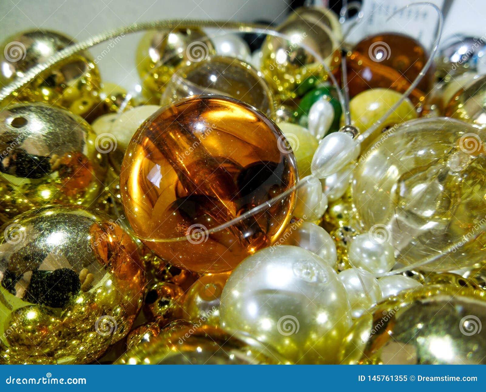 Bunte glänzende Goldperlen und Perlen