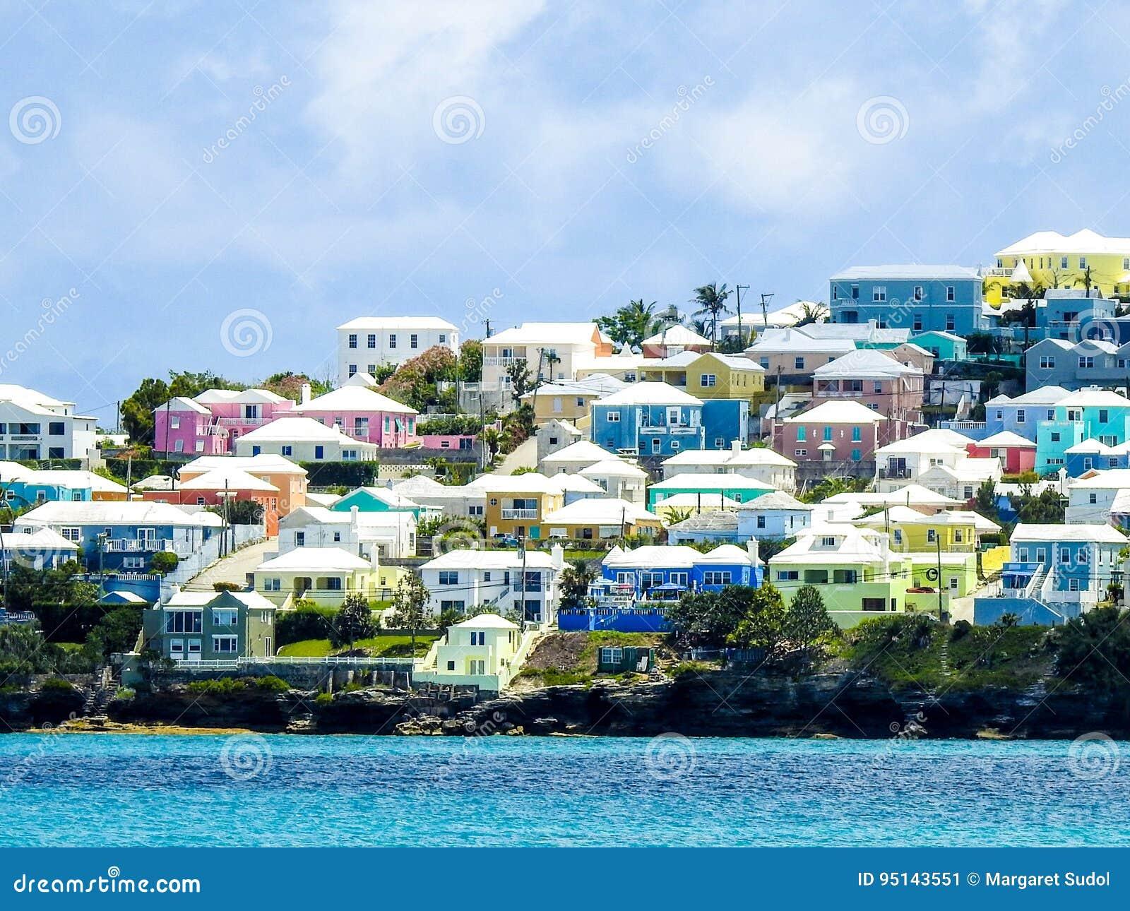 Bunte Häuser in Bermuda gegen das Türkis-Meer