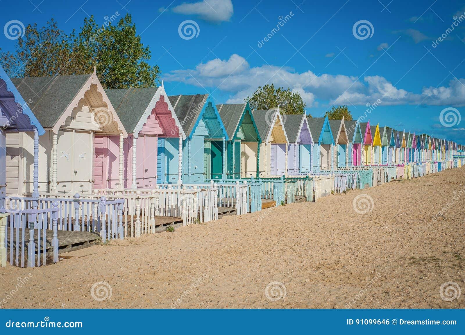 Bunte Häuser 2016 Vereinigten Königreichs Mersea auf dem schönen breiten Strand der Küste mit interessanten Gebäuden