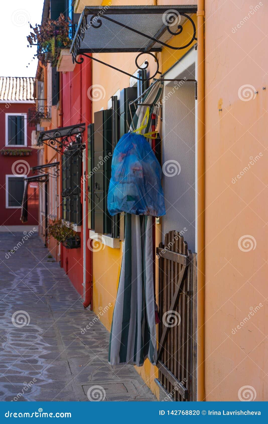Bunte Häuser von Burano-Insel Venedig Typische Straße mit hängender Wäscherei an den Fassaden von bunten Häusern