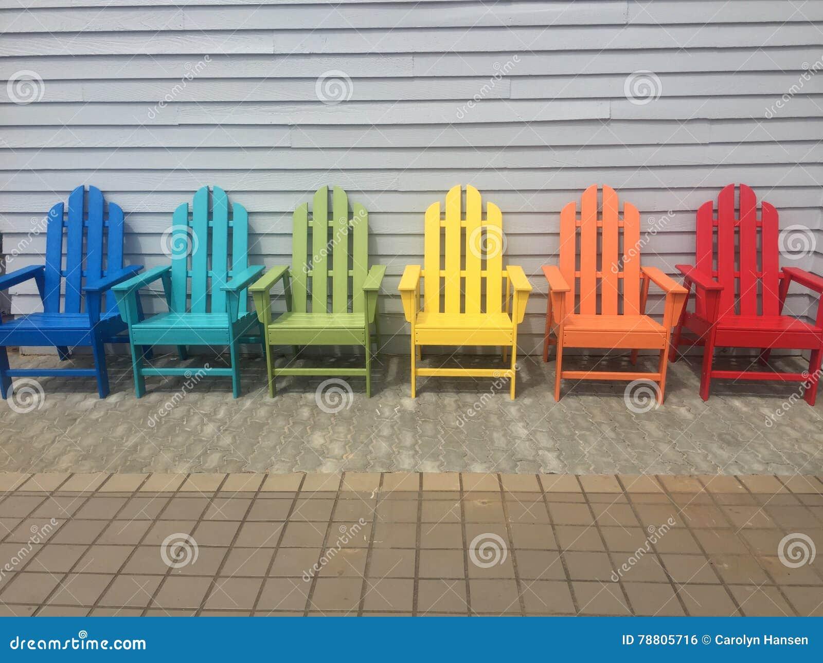 Bunte hölzerne Stühle stockfoto. Bild von outdoor, gegen - 78805716