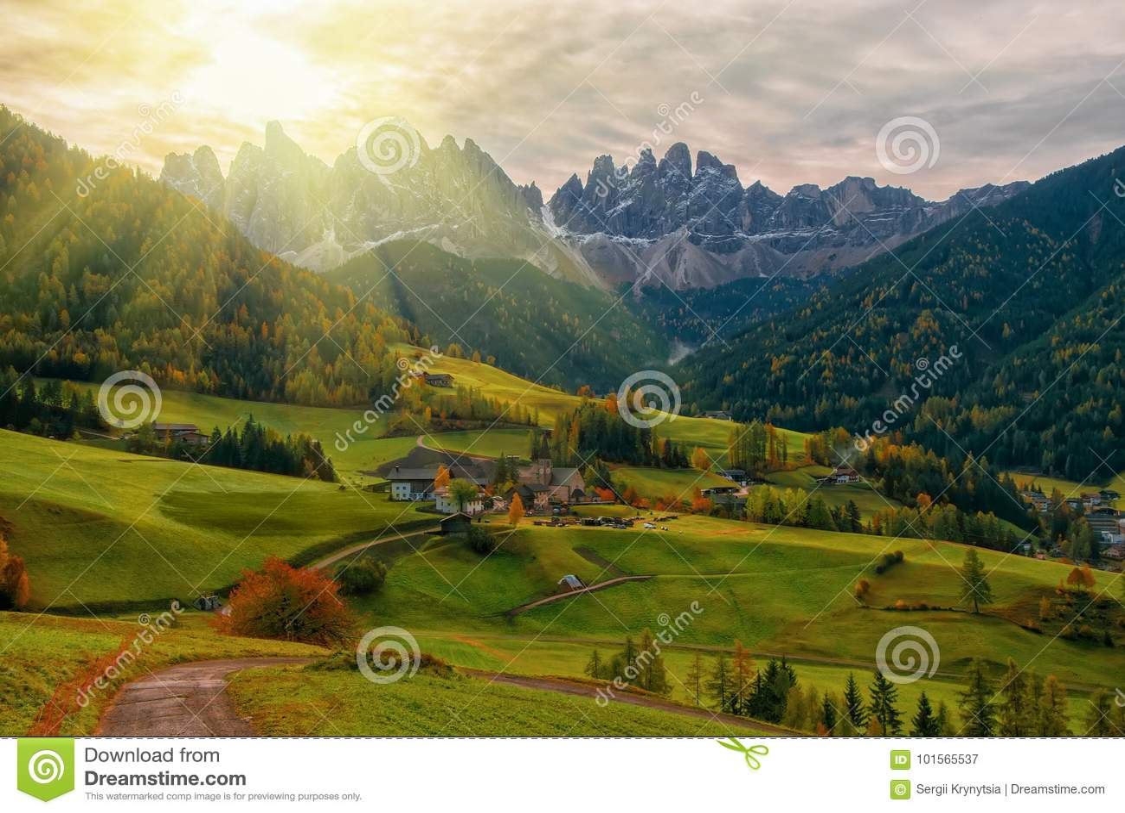 Bunte Herbstlandschaft in Santa Maddalena-Dorf bei Sonnenaufgang Dolomiten, Süd-Tirol, Italien