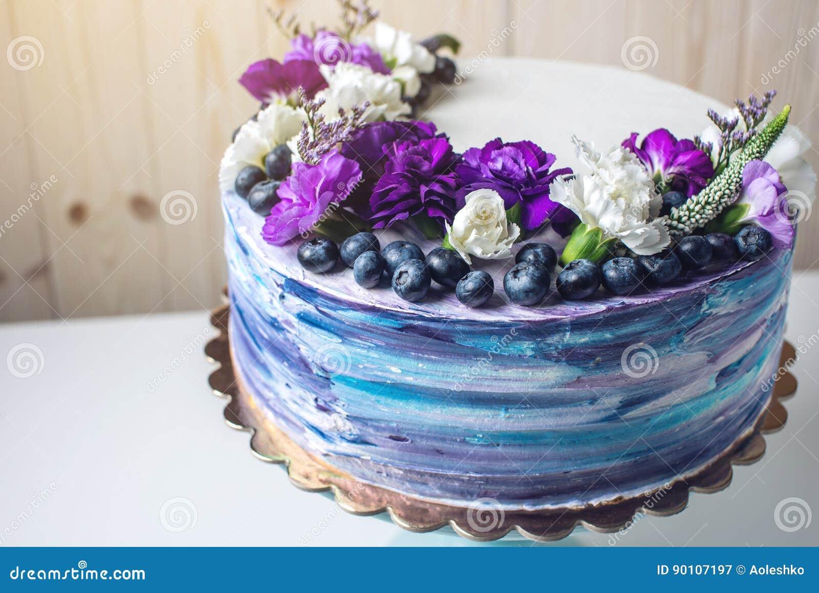 Bunte Hochzeitstorte Mit Reizenden Purpurroten Blumen Und Blaubeeren