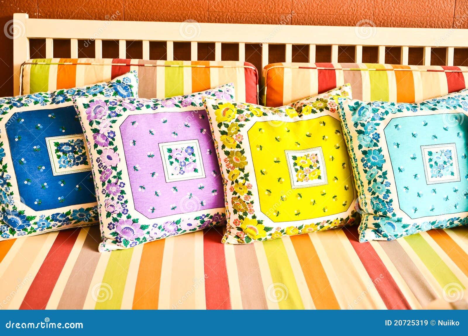 Bunte Kissen Auf Sofa Stockbild Bild Von Bequemlichkeit 20725319