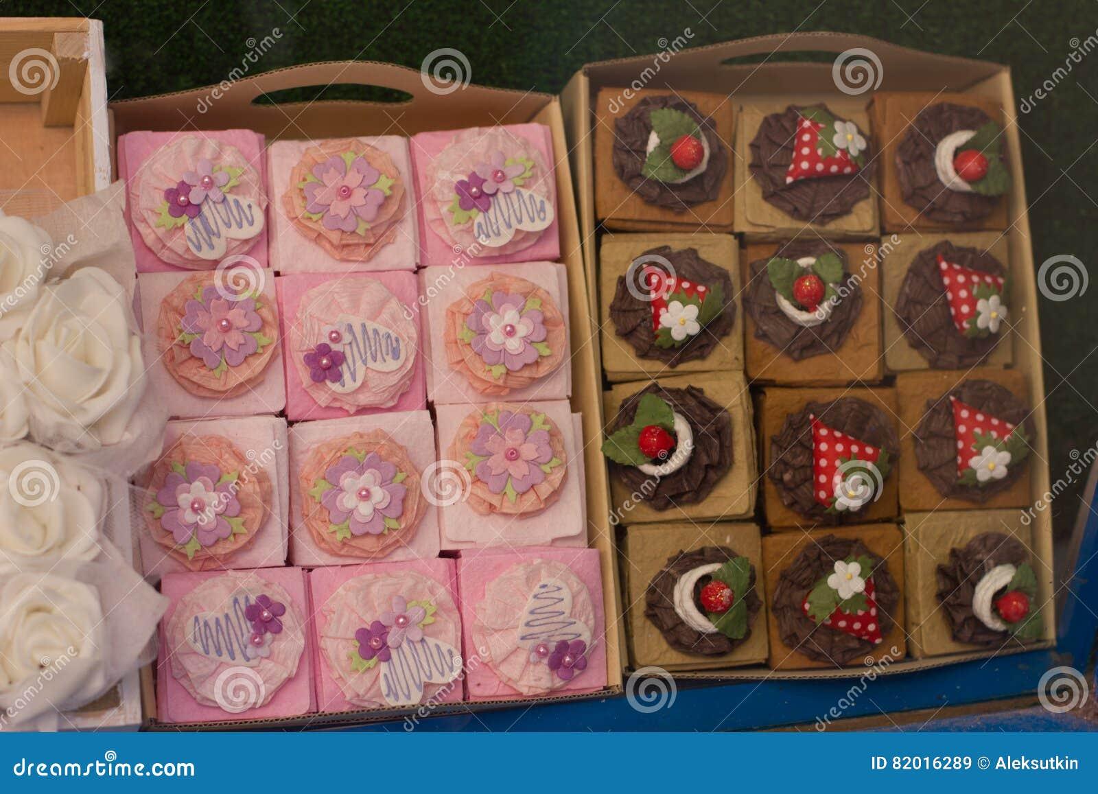 Bunte Kleine Kuchen Auf Einer Anzeige In Der Konditorei Kaufen