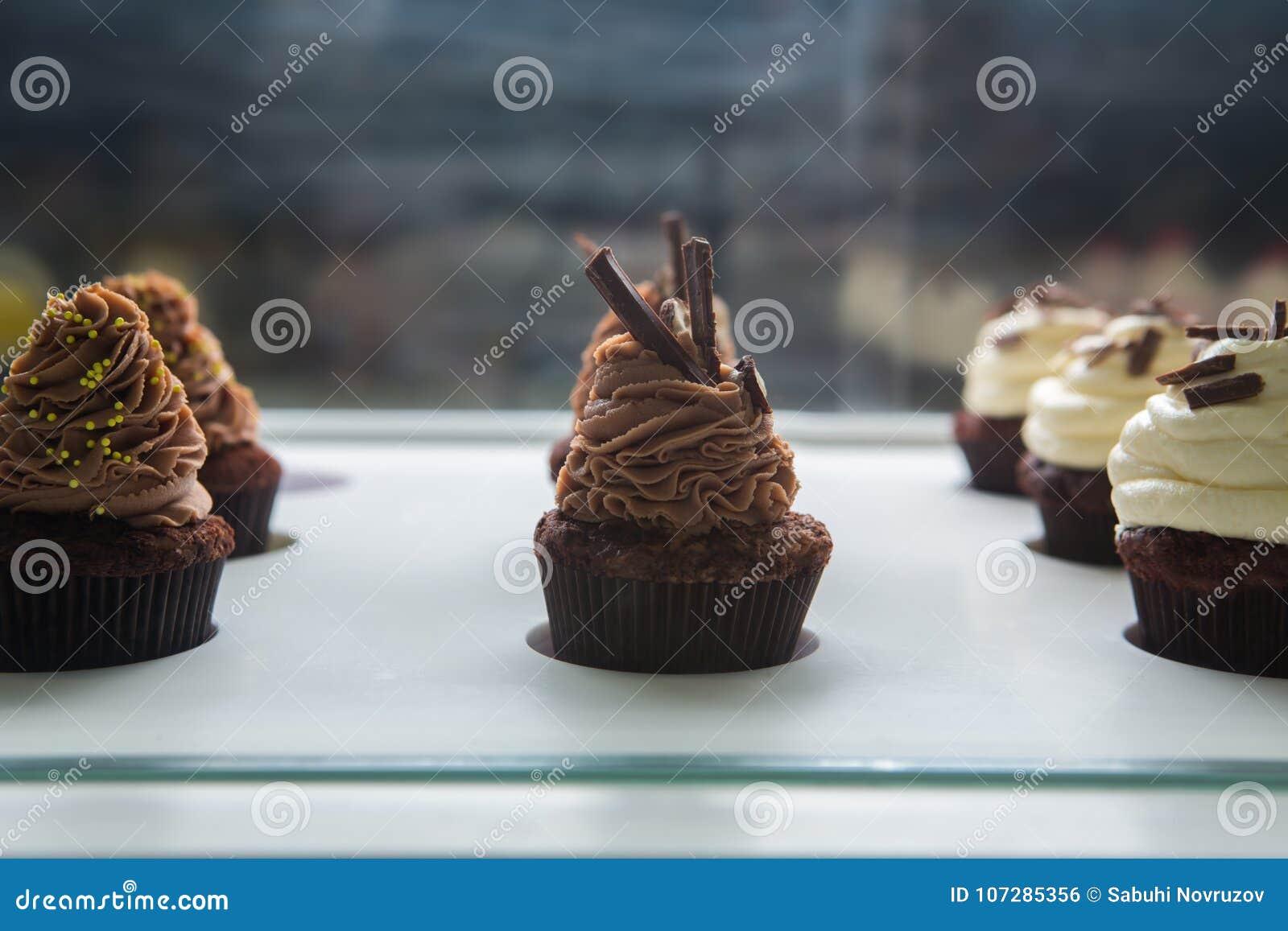 Bunte Kleine Kuchen Mit Verschiedenen Geschmäcken Kleine Schöne Kuchen Auf  Weiße Tischplatte
