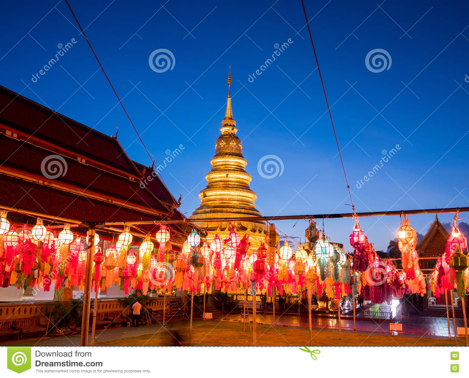 Bunte Lampe und Laterne in Loi Krathong Wat Phra That Haripunc
