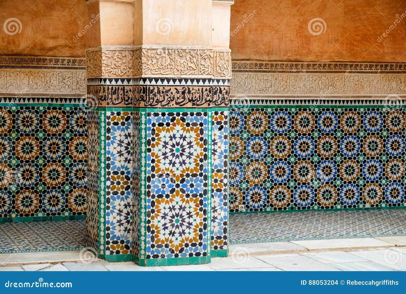 bunte marokkanische fliesen auf einem gebäude stockfoto - bild von