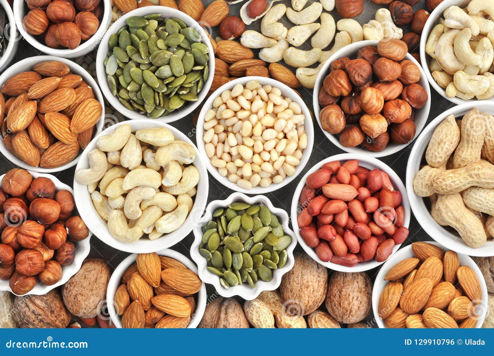 Bunte Mischung von Nuss- und Samenvielzahl: Erdnuss, Acajoubaum, Haselnuss, Mandel, Kiefernnüsse, Walnuss, Kürbiskerne; Imbiss de