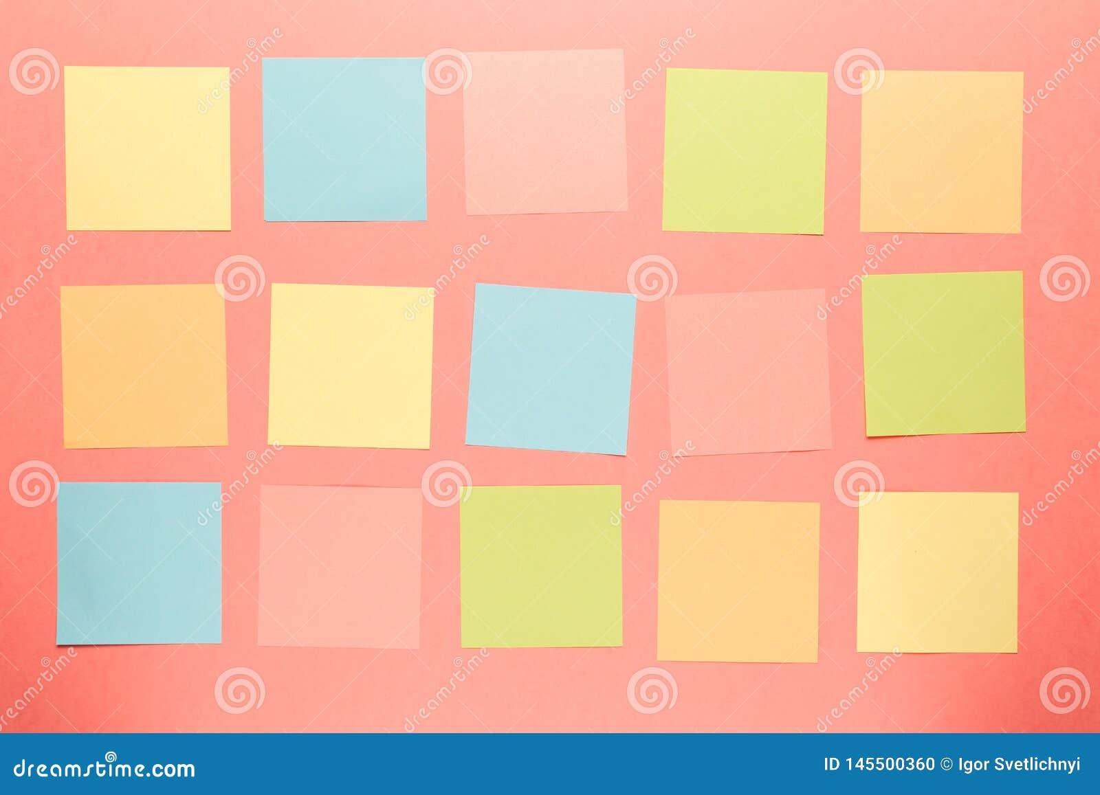 Bunte Papieraufkleber auf korallenrotem Hintergrund