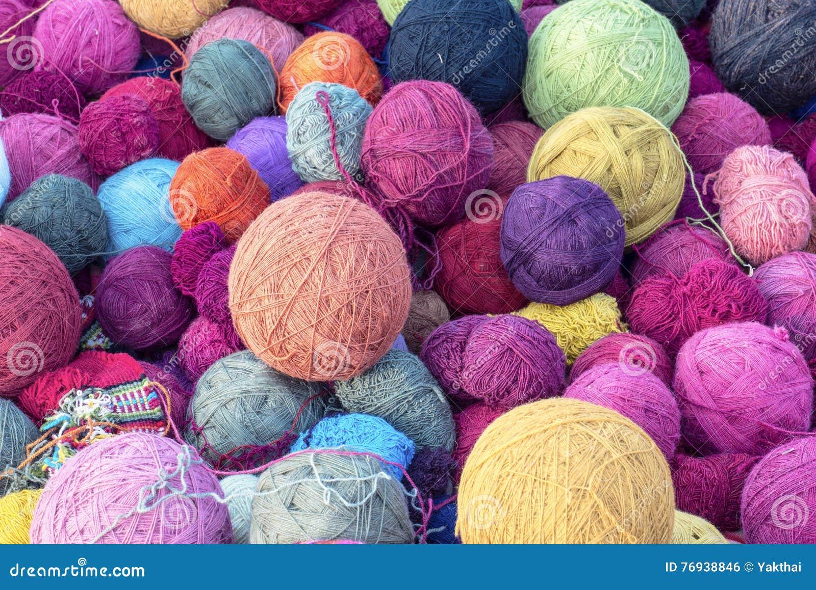 Bunte silk Bälle des Wollgarns für spinnende strickende Gewebe im cusco, Peru