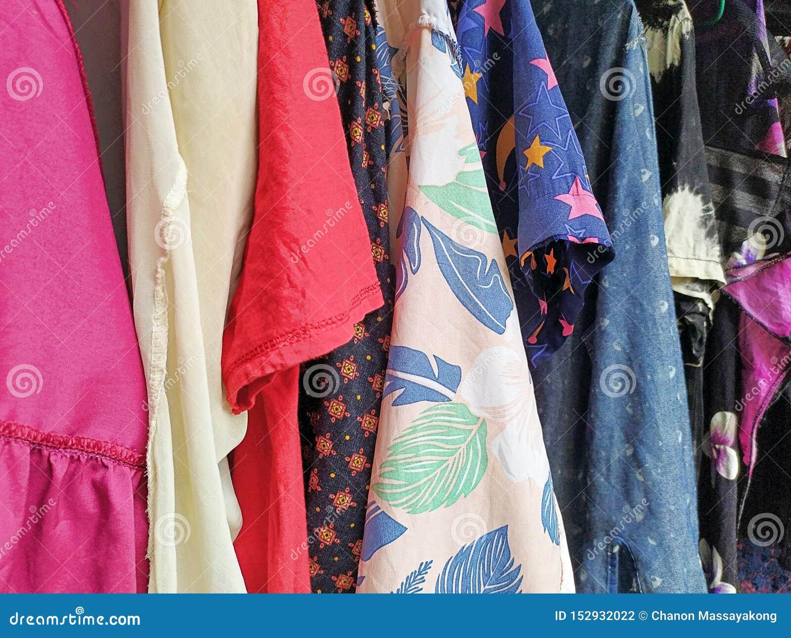 Bunte trockene Kleidung in der Sonne