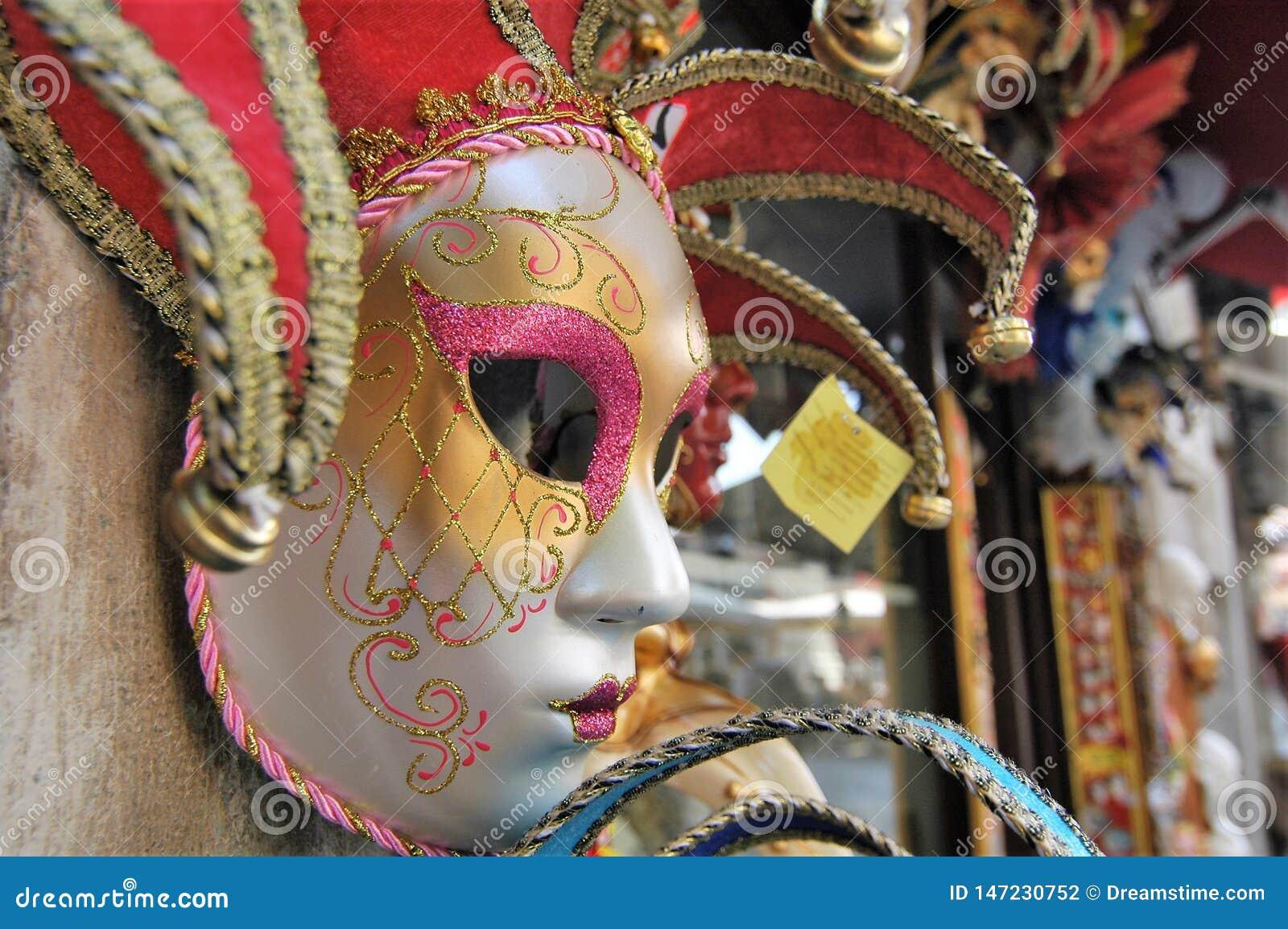 Bunte venetianische Karnevalsmaske auf Marktstall