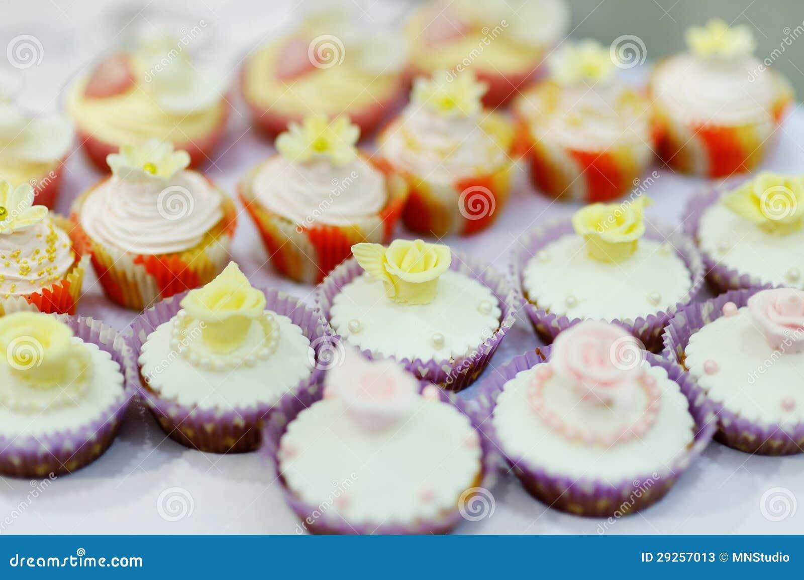 Bunte verzierte kleine kuchen stockfotos bild 29257013 for F rde küchen