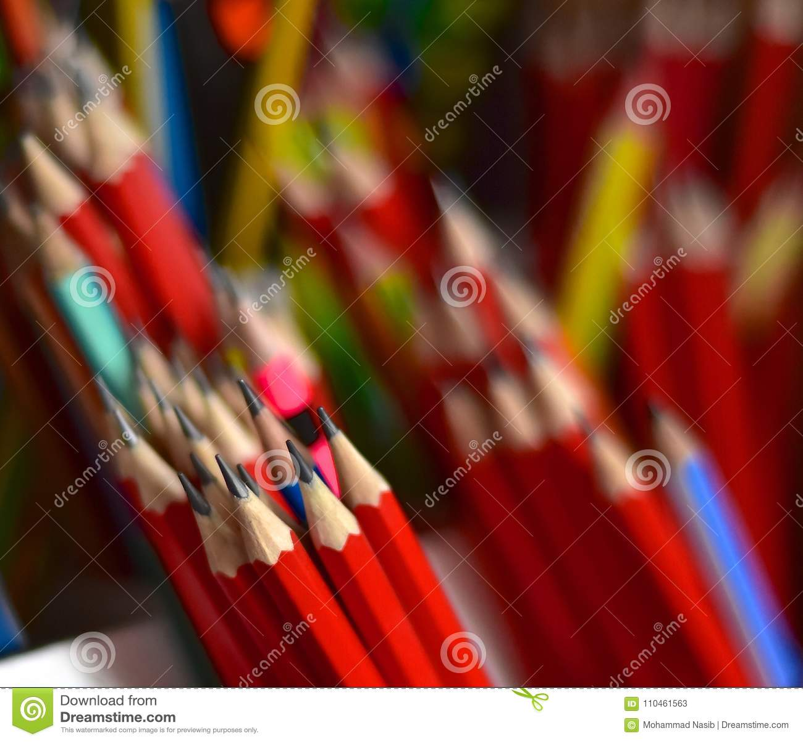 Bunten av isolerade röda blyertspennor 2B anmärker fotografiet