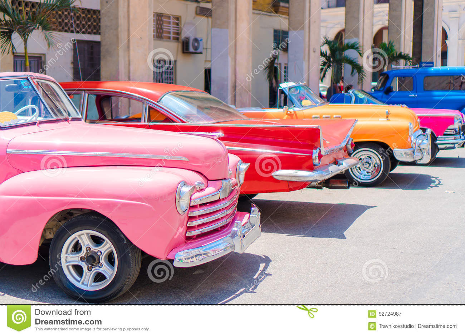 Bunter amerikanischer Oldtimer auf der Straße in Havana, Kuba