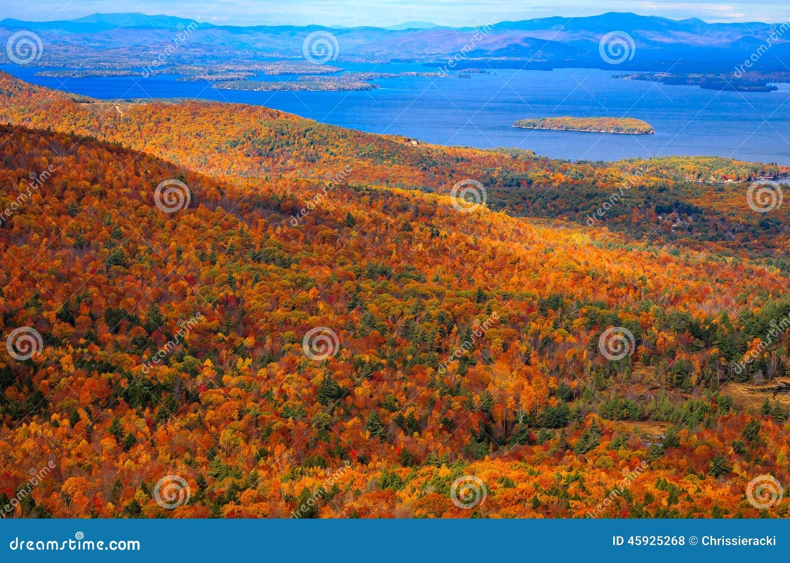 Bunter Autumn Landscape mit Seeblick