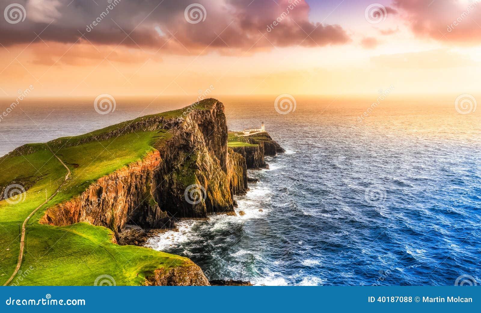 Bunter Ozeanküstensonnenuntergang am Neist-Punktleuchtturm, Schottland