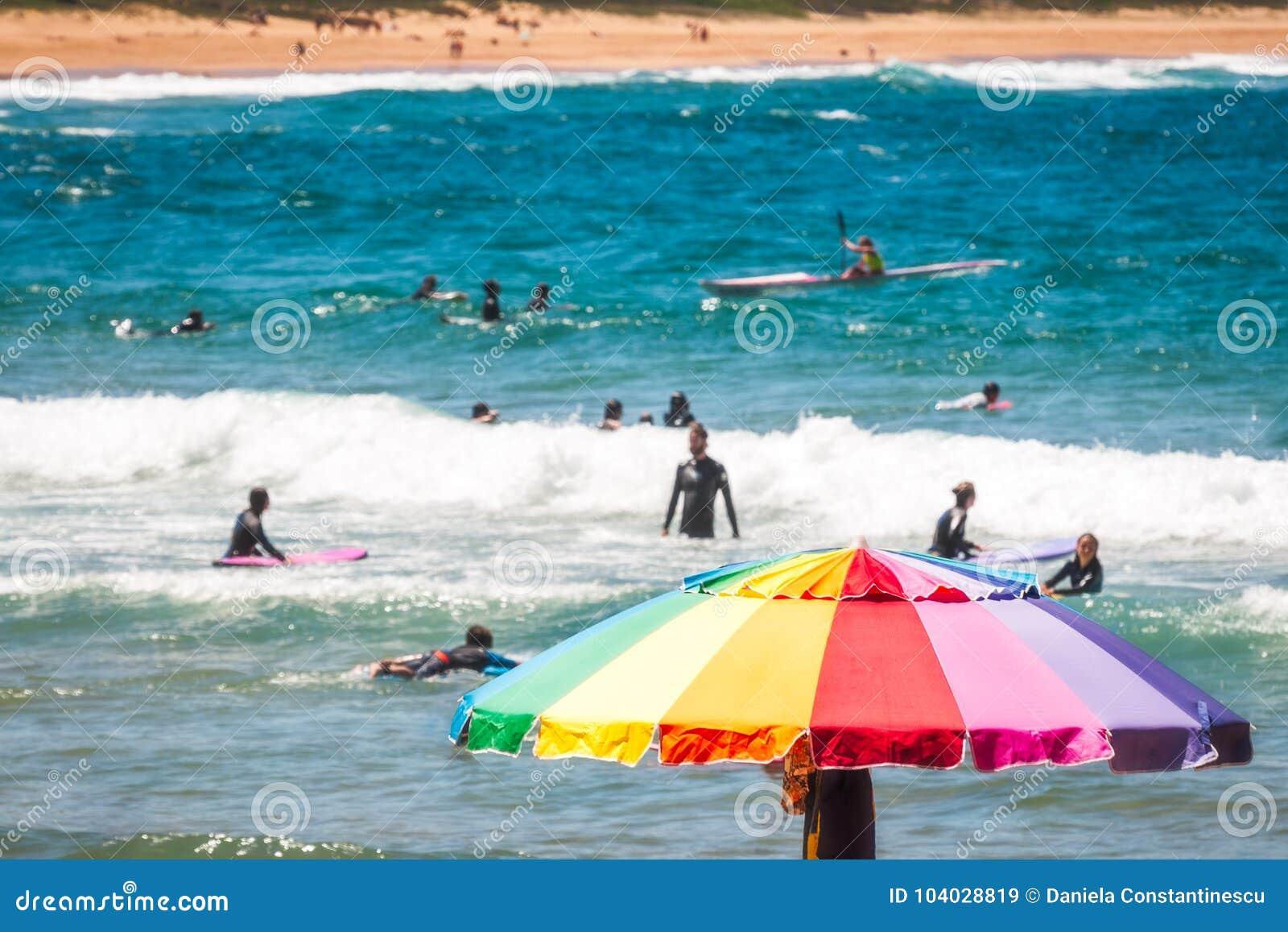 Bunter Regenschirm an Avoca-Strand, Australien