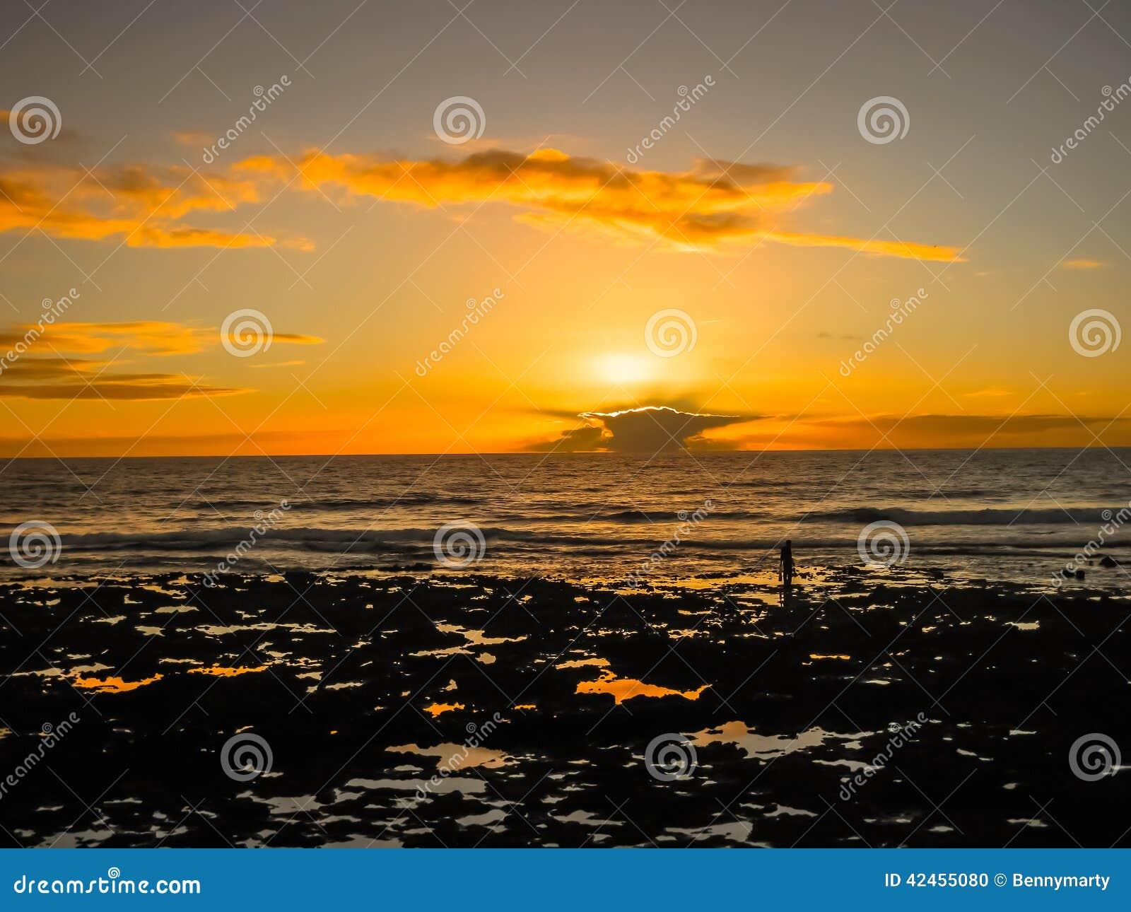 Bunter Sonnenuntergang mit Wolken durch den Ozean