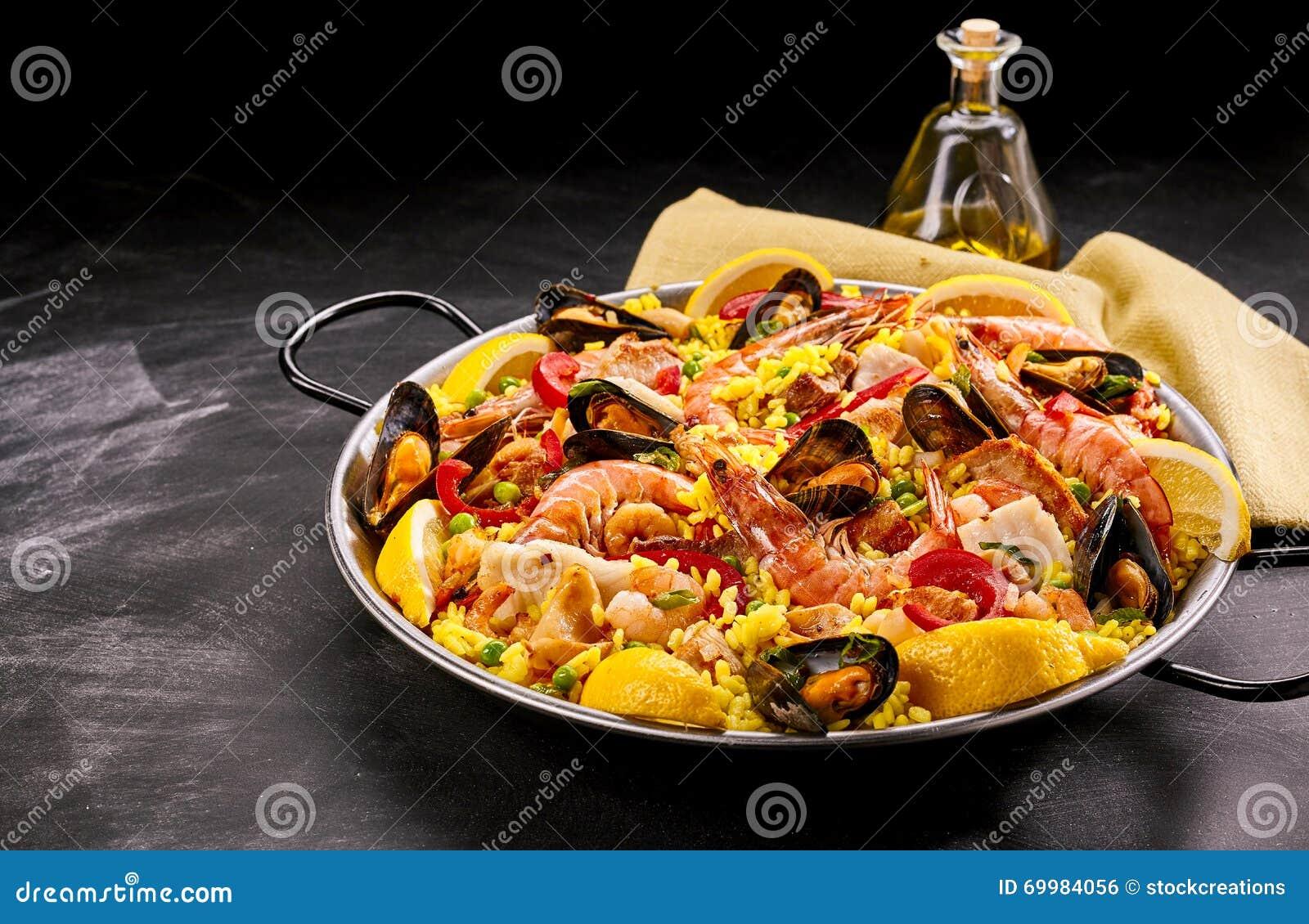 Bunter spanischer Meeresfrüchte-Paella-Teller mit Öl