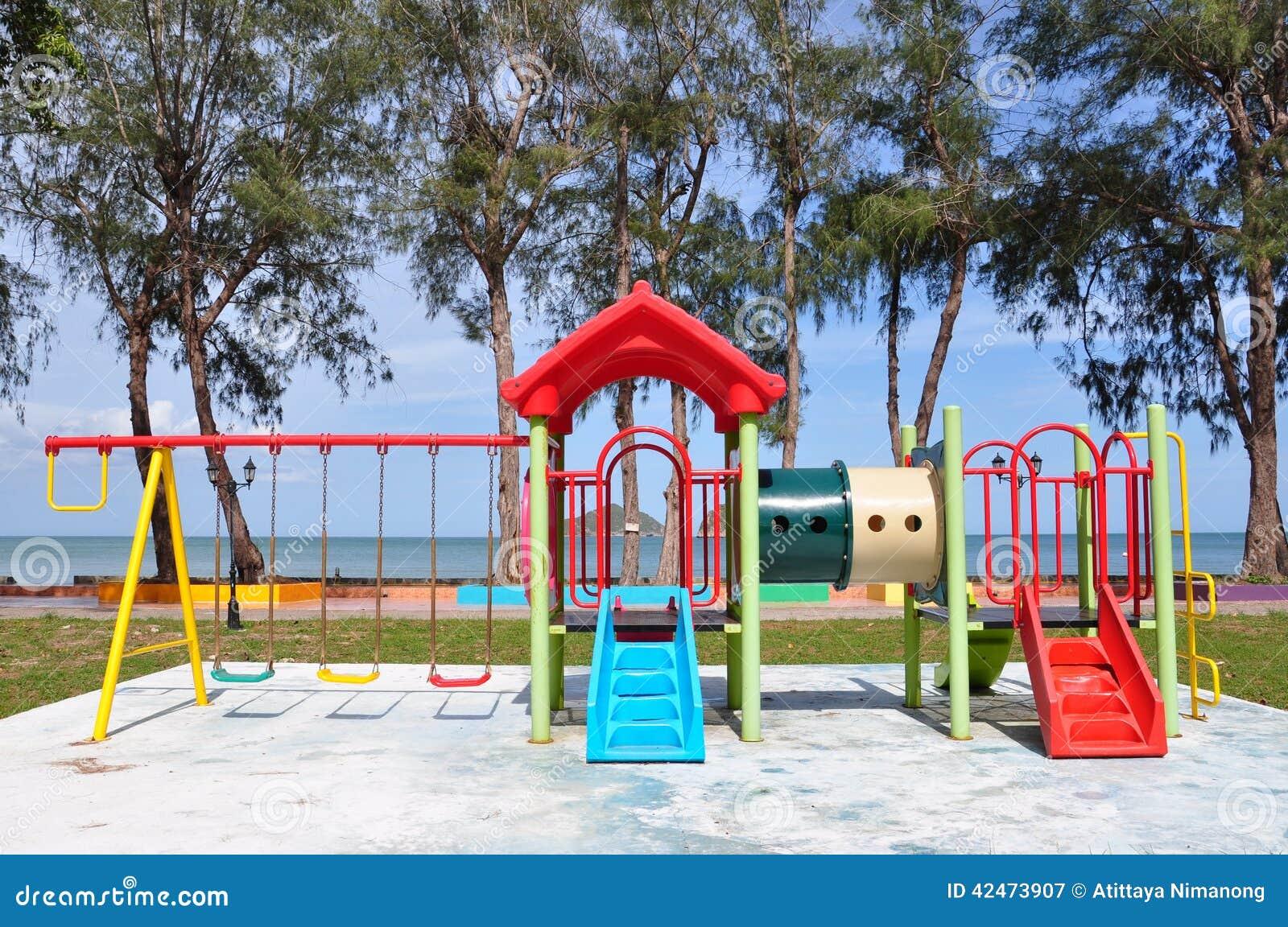 Bunter Spielplatz auf dem Strand