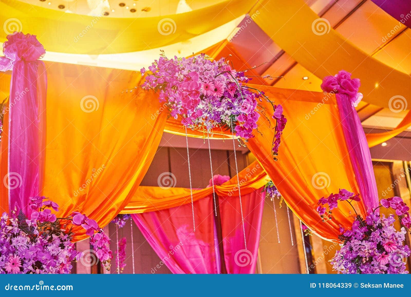 Buntes Bühnenbild für Braut und Bräutigam in sangeet Nacht der indischen Hochzeit