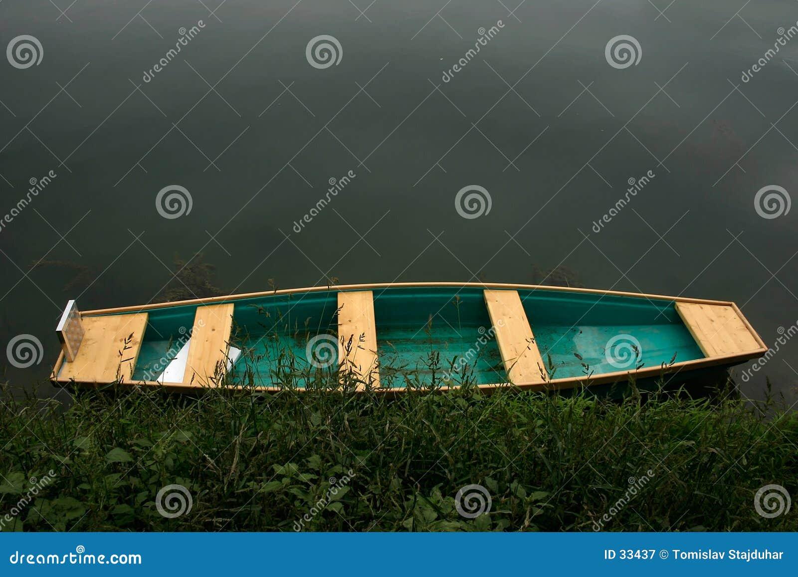 Buntes Boot durch das Wasser