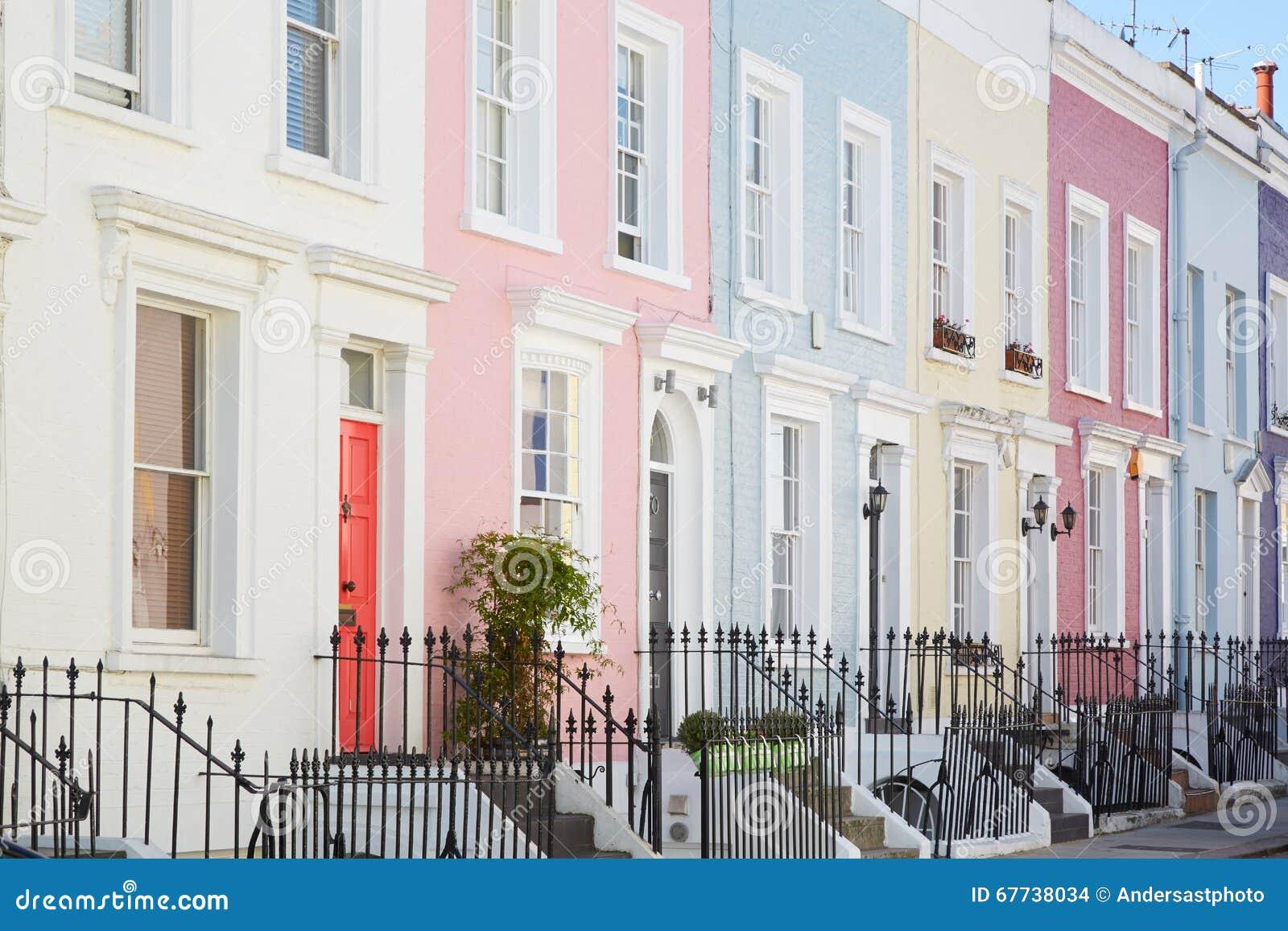 Buntes Englisch bringt Fassaden, blasse Pastellfarben unter
