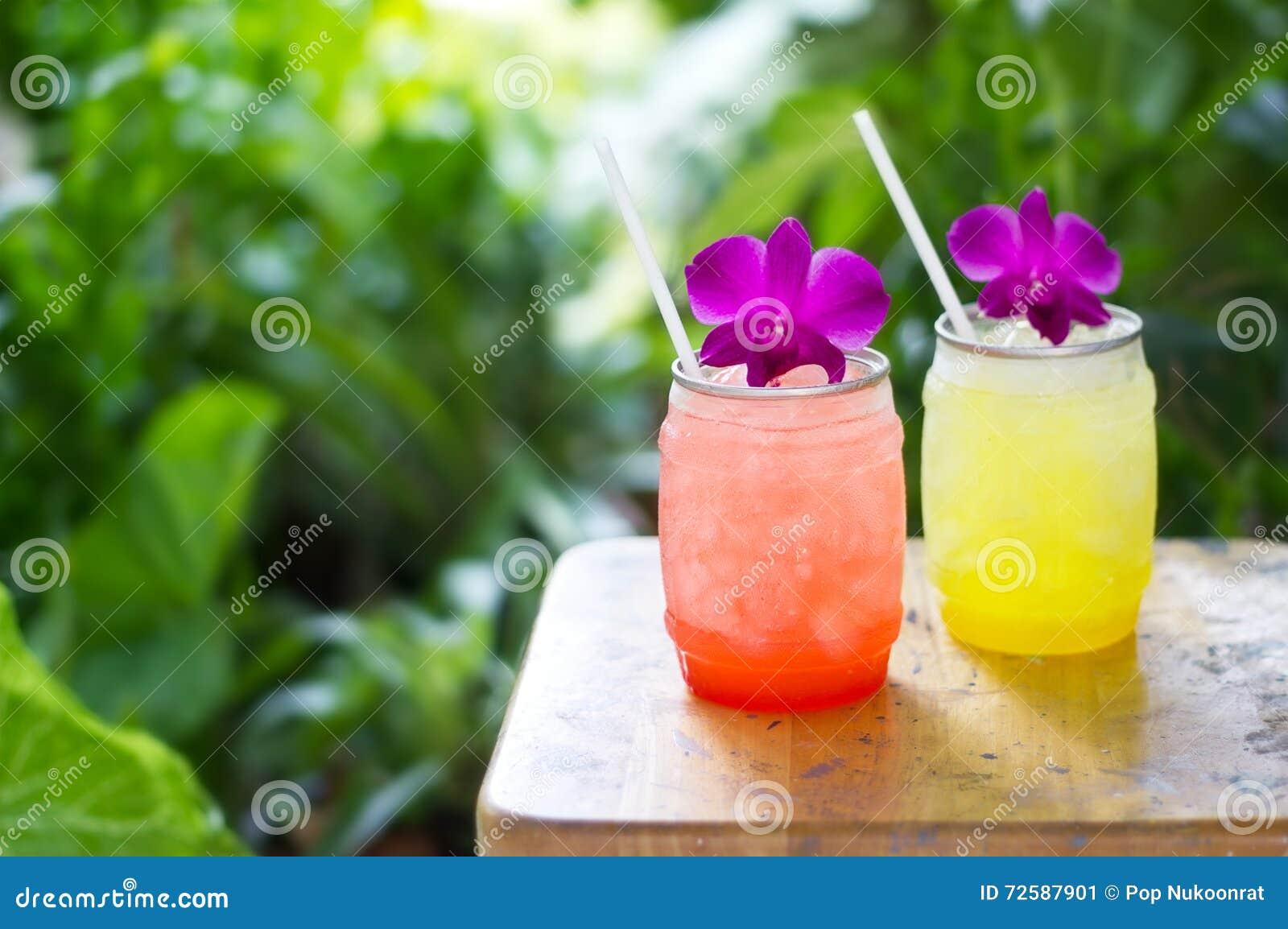 Buntes kühles Getränk im Sommer auf Naturhintergrund
