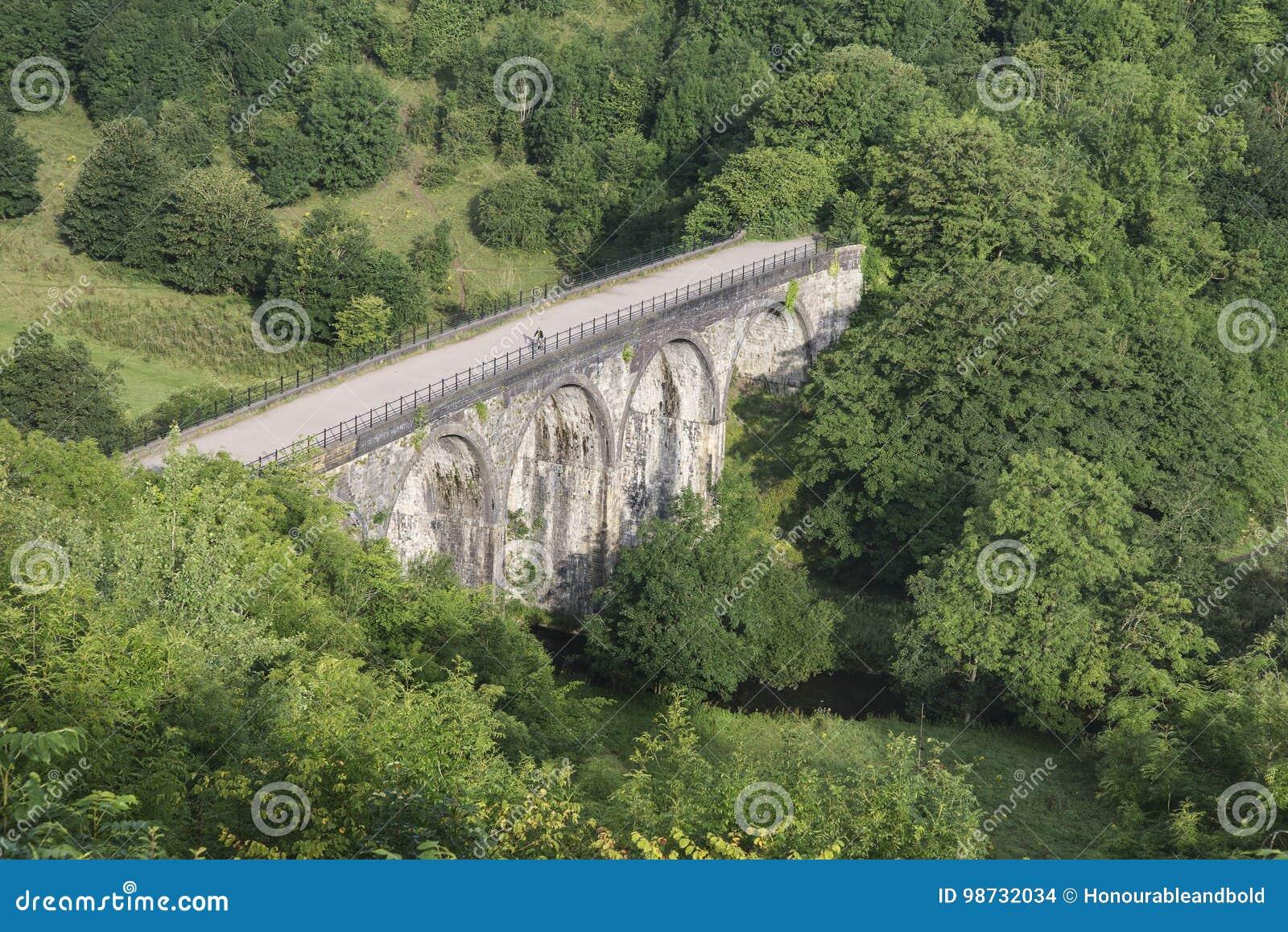 Buntes Landschaftsbild des Grundstein-Viadukts und Monsal gehen herein voran