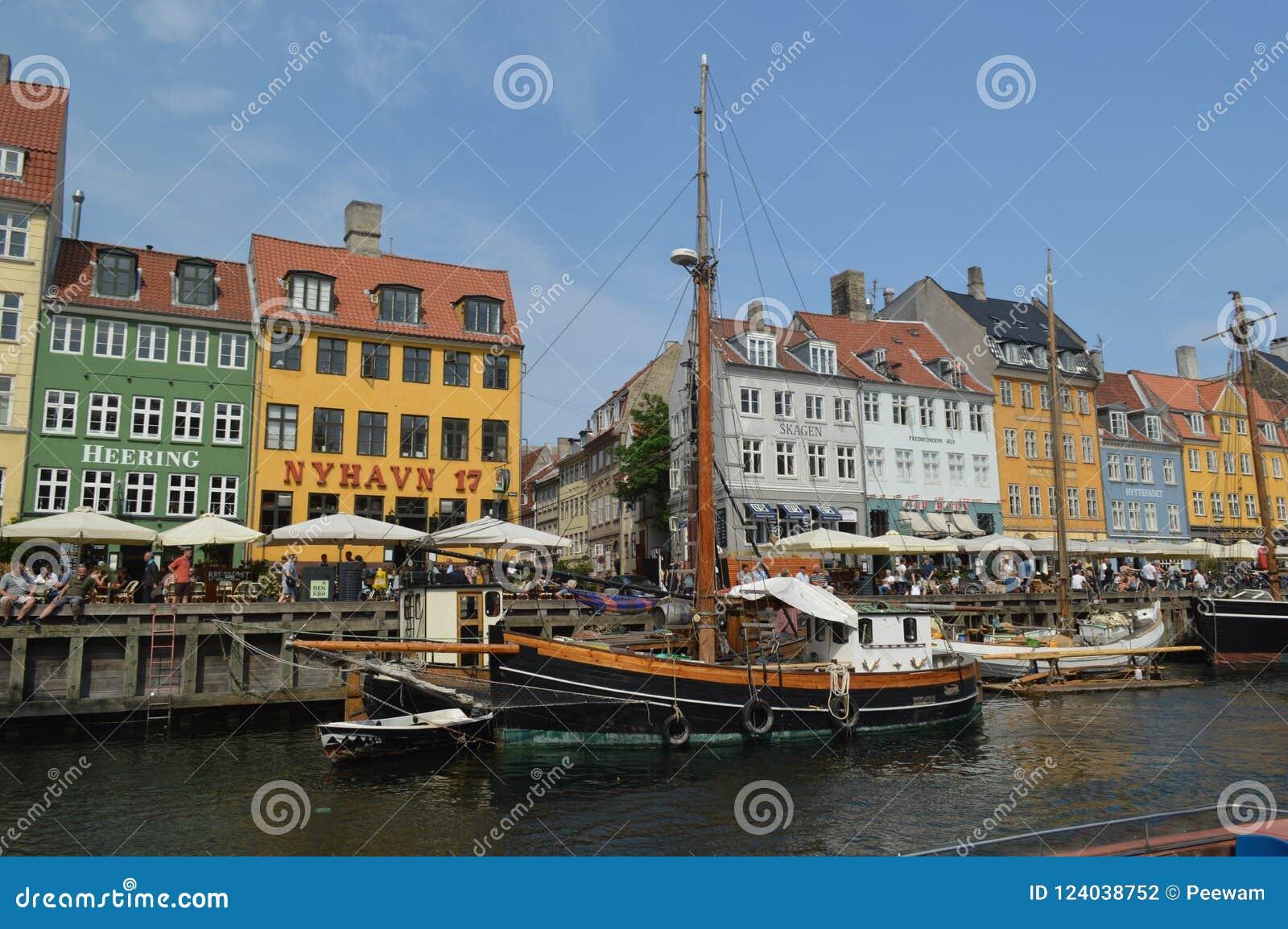 Buntes Nyhavn und hölzerne Boote