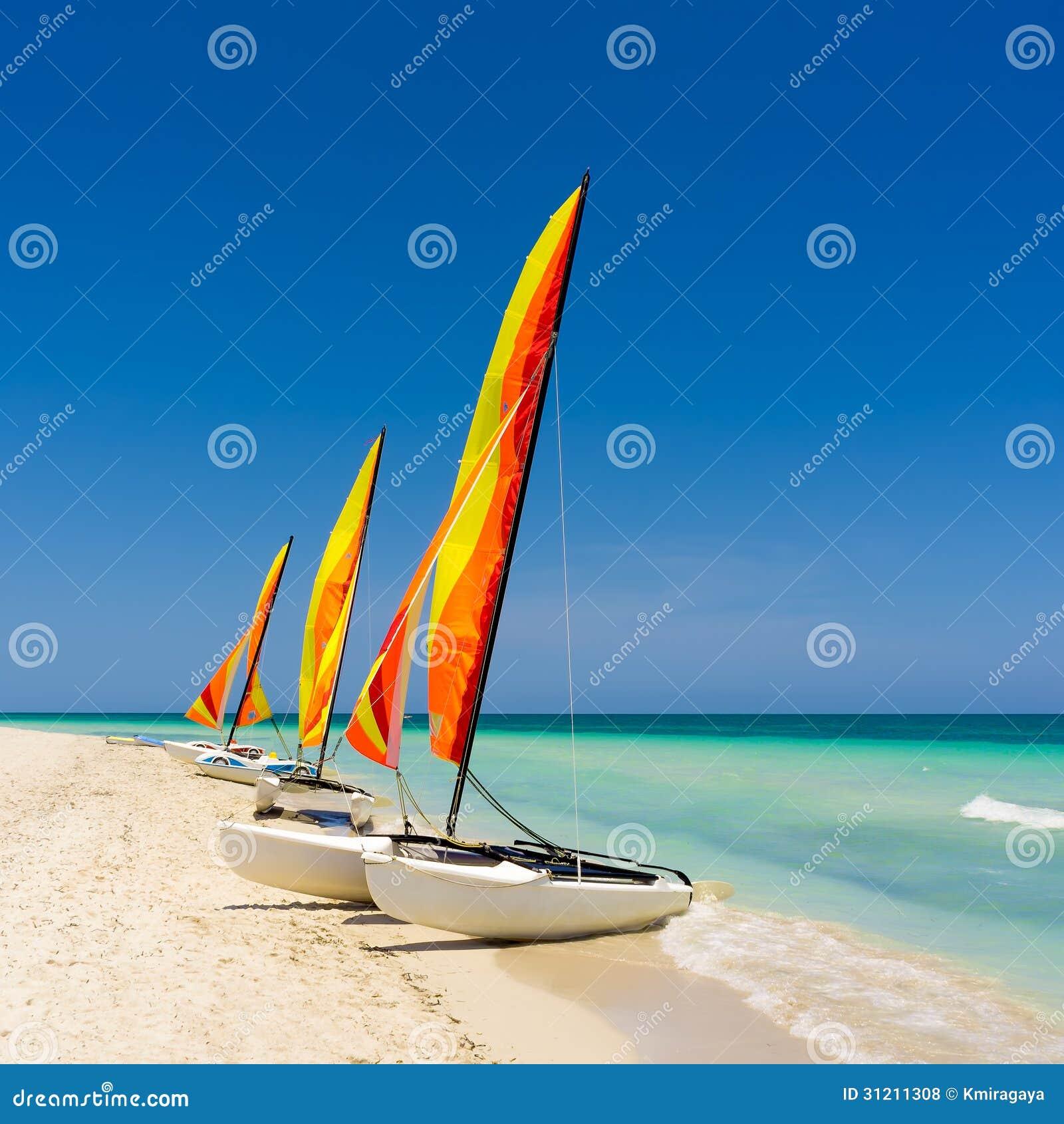 Buntes Segelboot auf einem kubanischen Strand